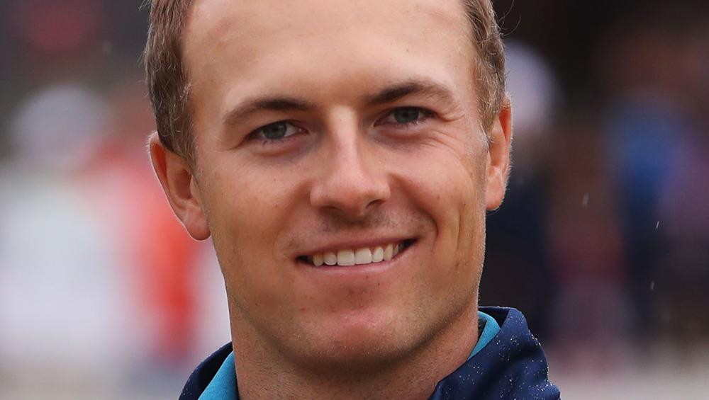 Jordan Spieth smiler til et golfarrangement