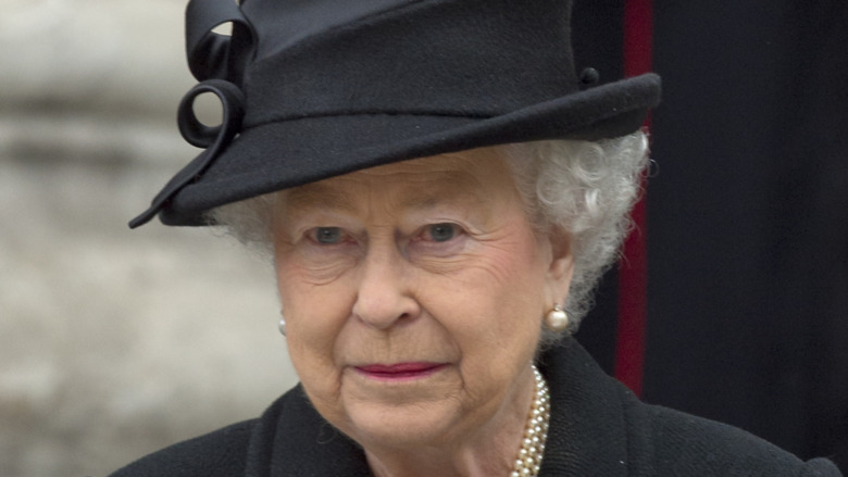 Dronning Elizabeth II svart hatt
