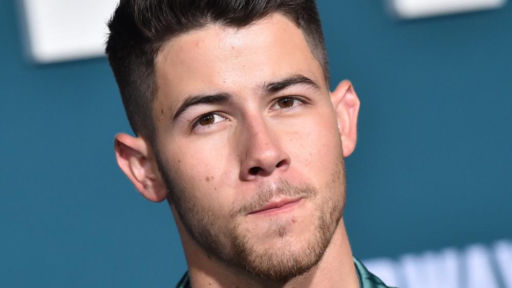 Nick Jonas vippende hode