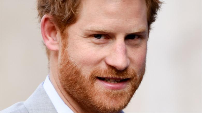 Prins Harry viser tenner