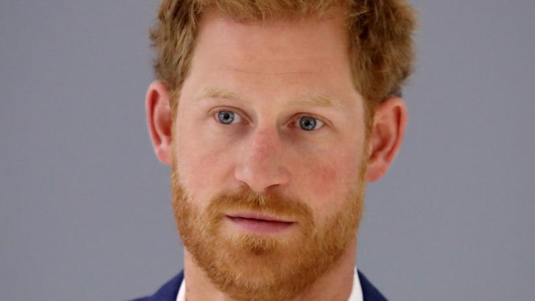 Prins Harry stirrer inn i kameraet