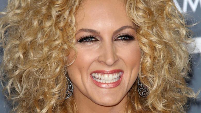Kimberly Schlapman smiler til Grammy Awards 2013