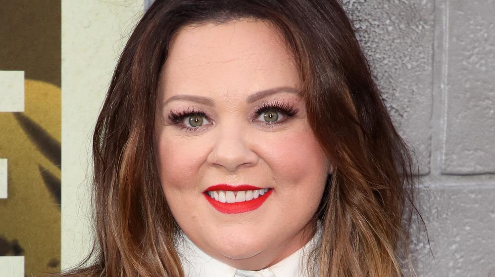 Melissa McCarthy iført rød leppestift på The Kitchen-premieren