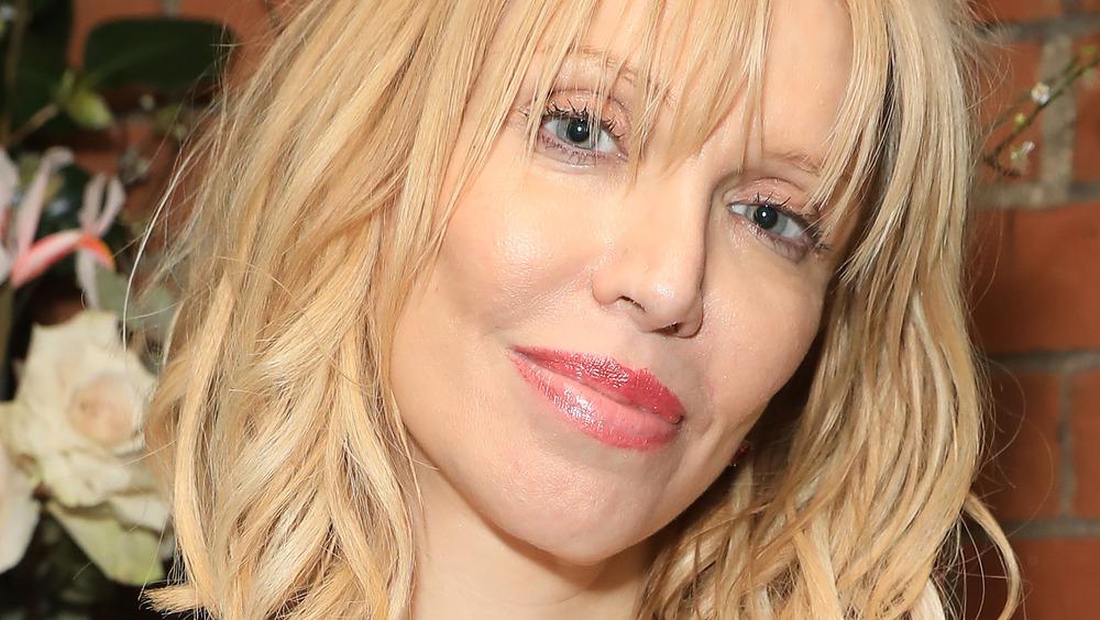 Courtney Love poserer med skrått hode