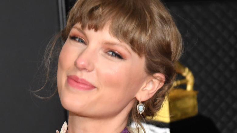 Taylor Swift smiler og holder Grammy Award