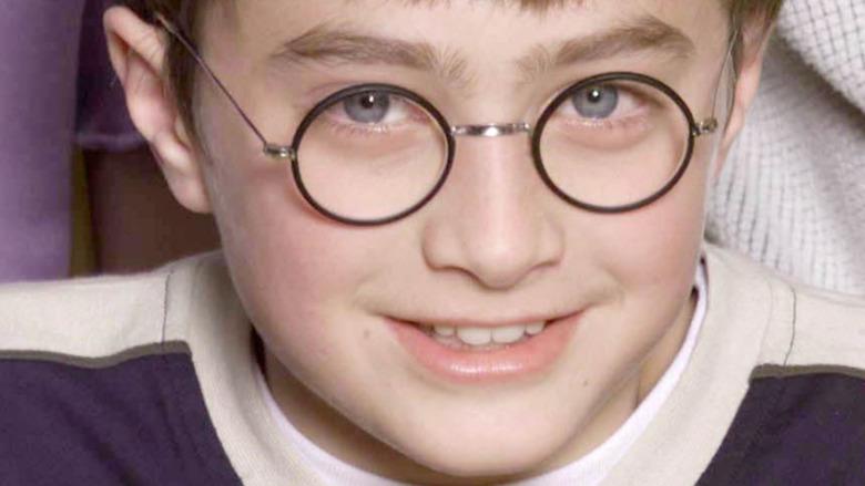 Daniel Radcliffe 11 år gammel med briller og smilende