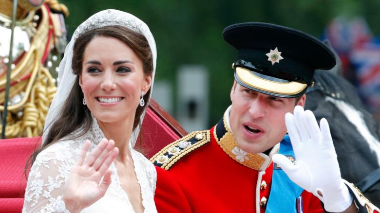 Kate Middleton og prins William vinker på bryllupsdagen