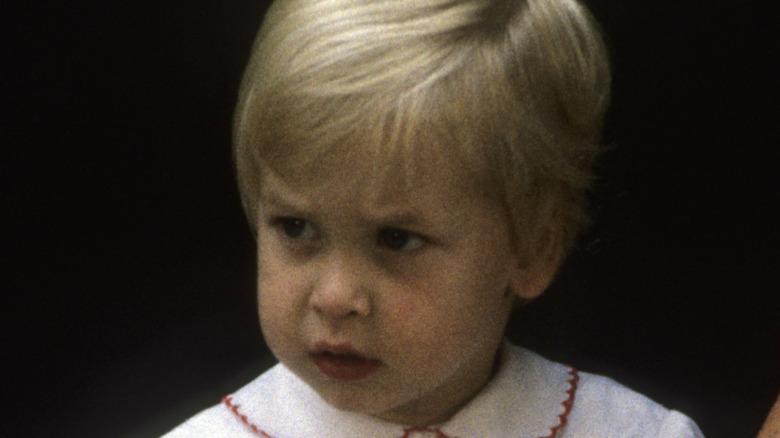 En ung prins William leker utenfor