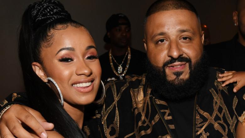 Cardi B og DJ Khaled smiler