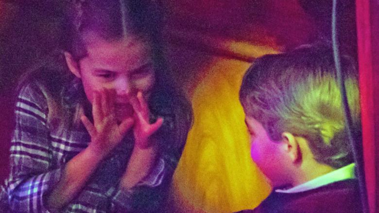 Prinsesse Charlotte og prins George snakker