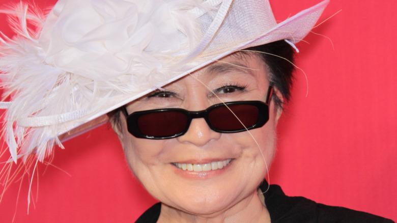 Yoko Ono smiler