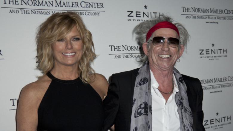 Keith Richards og Patti Hansen poserer ved siden av hverandre