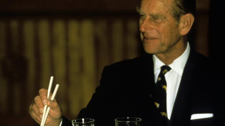 Prins Philip med spisepinner