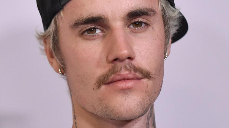 Justin Bieber stirrer på kameraet