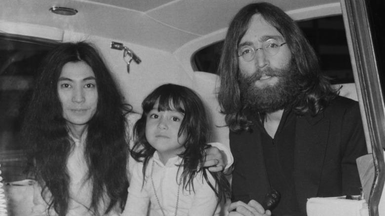 Yoko Ono, Kyoko Chan Cox som barn og John Lennon som sitter sammen og poserer for kameraet