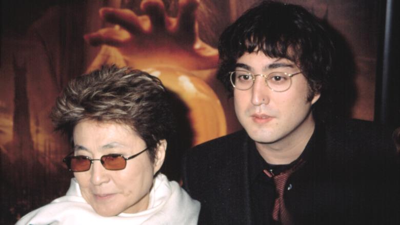 Yoko Ono smiler ved siden av Sean Lennon