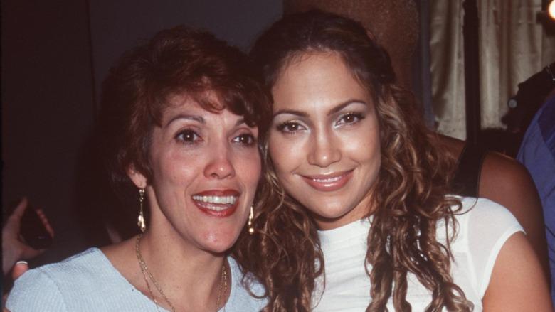 Jennifer Lopez og Lupe Lopez smiler