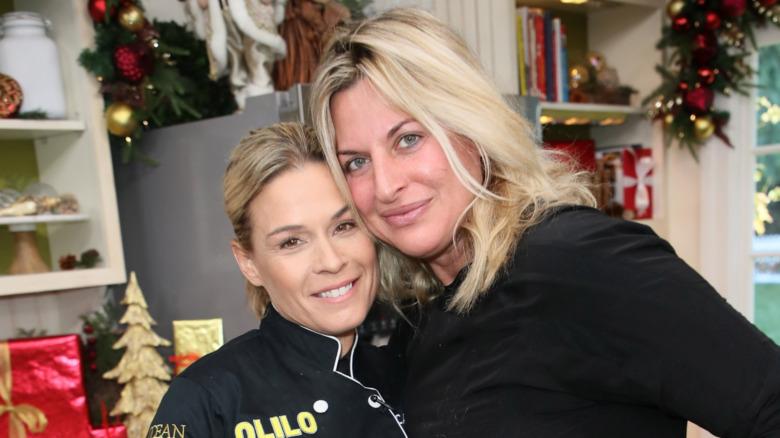 Cat Cora poserer med kone Nicole Ehrlich