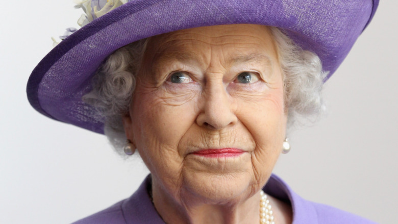 Dronning Elizabeth II i en lilla hatt