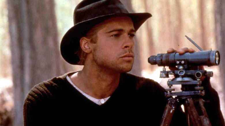 """Brad Pitt som fjellklatrer Henrich Harrer ser gjennom kikkerten i """"Seven Years in Tibet"""""""