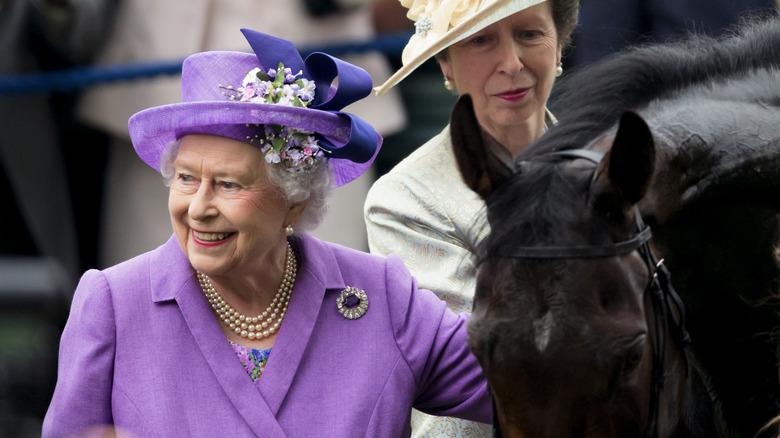 Dronning Elizabeth og prinsesse Anne med hest