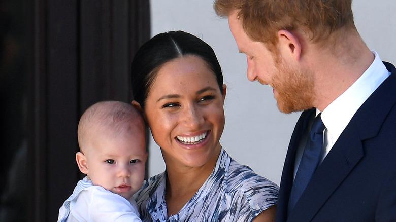 Archie, Meghan Markle, prins Harry smilende