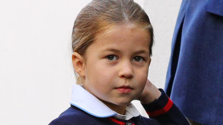 Prinsesse Charlotte berører håret og ser opp