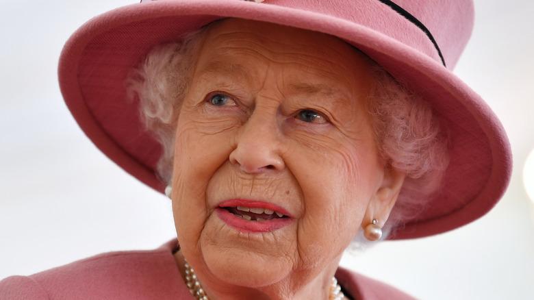 Dronning Elizabeth iført en rosa hatt