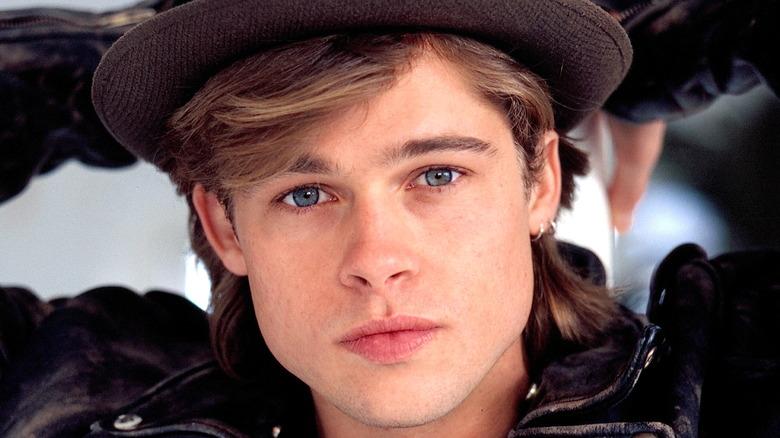 Unge Bradd Pitt poserer i en hatt