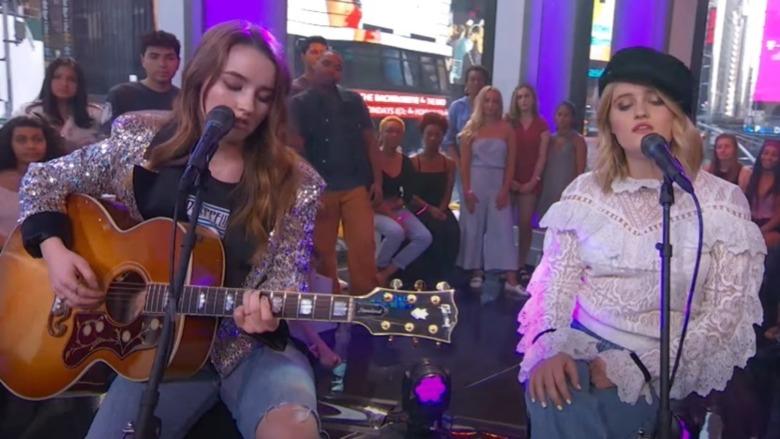 Kaitlyn Dever og Mady Dever synger