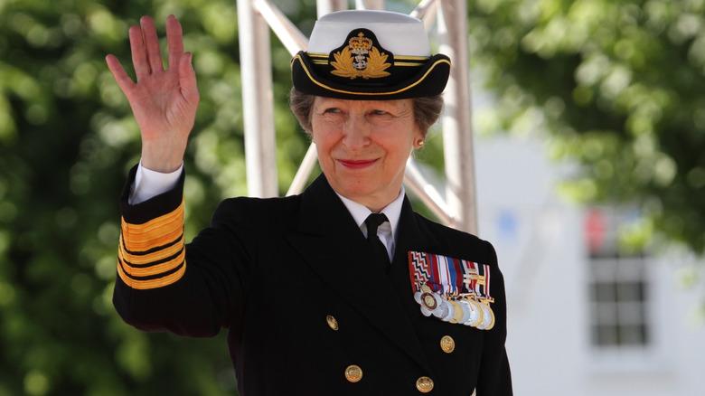 Prinsesse Anne militæruniform vinker