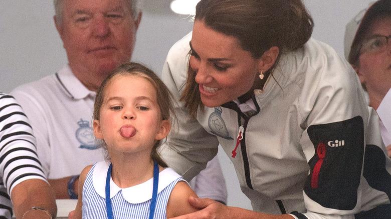 Prinsesse Charlotte stikker ut tungen