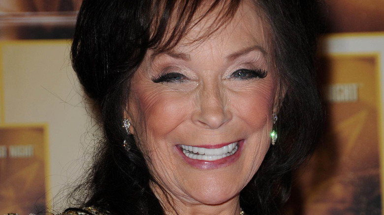 Loretta Lynn smiler og vender mot kameraet