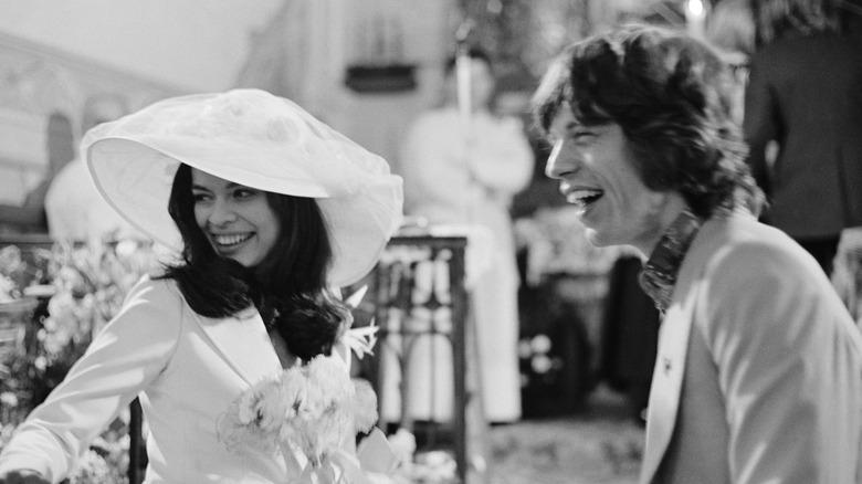 Mick og Bianca Jagger smiler ved bryllupet sitt