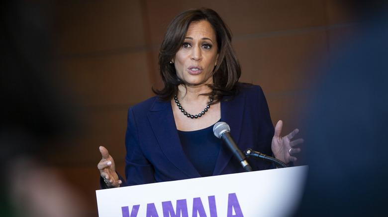 Kamala Harris snakker på podiet