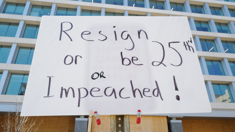 Skiltet lyder 'Resign or be 25th'd or impeached.'
