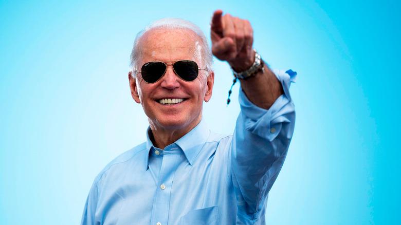 Joe Biden smiler og peker