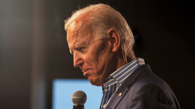 Joe Biden stiller med mikrofon.
