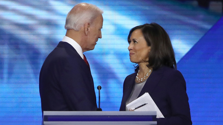 Joe Biden og Kamala Harris ser på hverandre