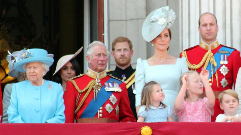 Dronning Elizabeth II, Meghan Markle, prins Charles, prins Harry med Kate Middleton og prins William og deres tre barn på et offentlig arrangement