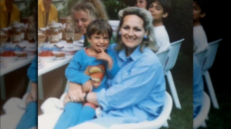 Unge Henry Cavill og moren hans smiler