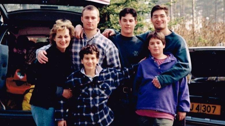 Unge Henry Cavill og hans familie poserer