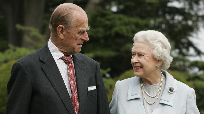 Prins Philip og dronning Elizabeth II ser på hverandre