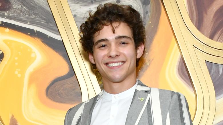 Joshua Bassett smiler på en Grammy-fest