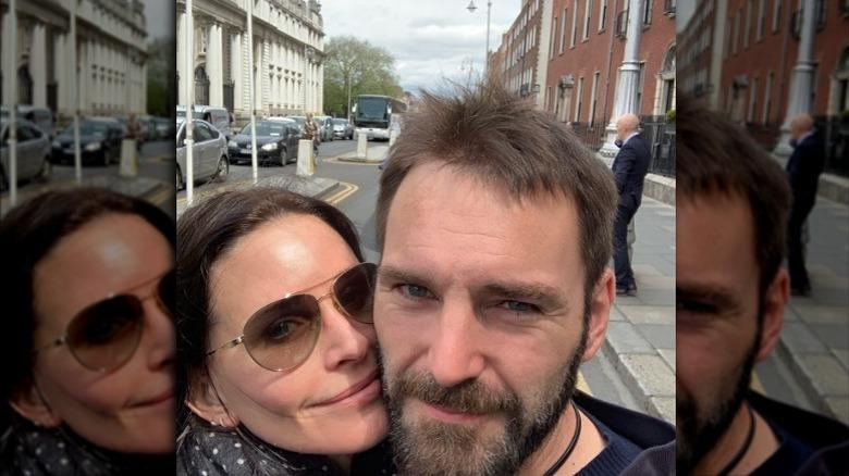 Courteney Cox og Johnny McDaid tar selfie på gaten