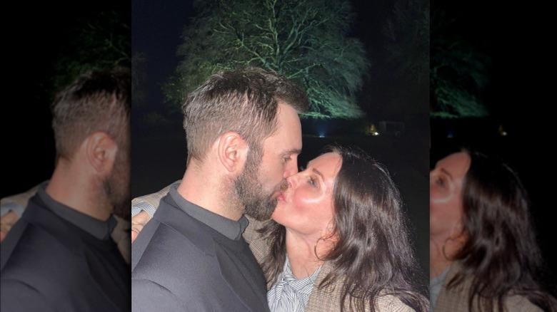 Johnny McDaid og Courteney Cox kysser