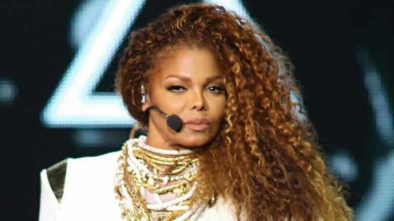 Janet Jackson opptrer på scenen
