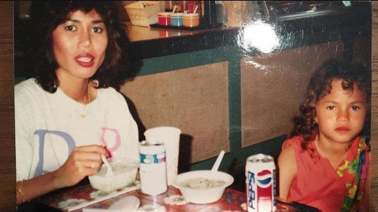 Chrissy Teigen som barn med mamma