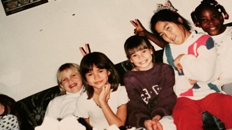 Chrissy Teigen som barn med venner