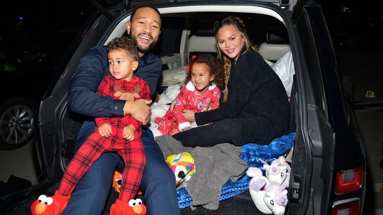 John Legend og Chrissy Teigen holder Miles og Luna